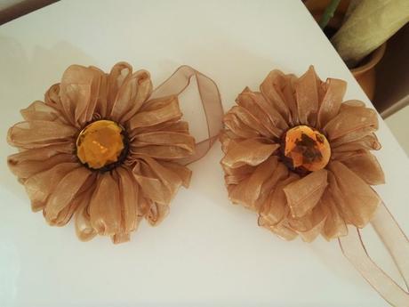 hnedé spony na záves v tvare kvetu,