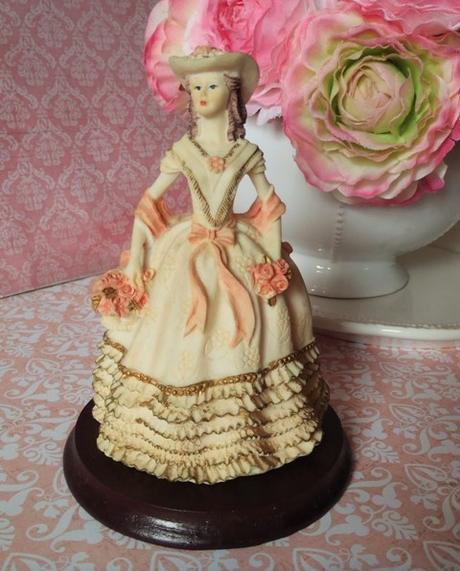 keramická bábika na podstavci,