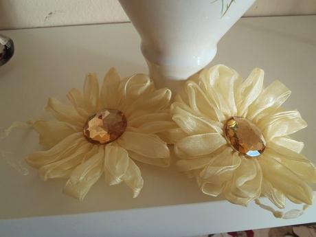 krémová spona na záves v tvare kvetu,