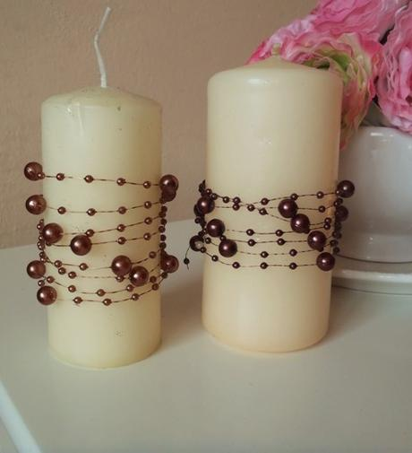 krémové sviečky so zdobením,
