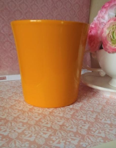 oranžový keramický kvetináč,