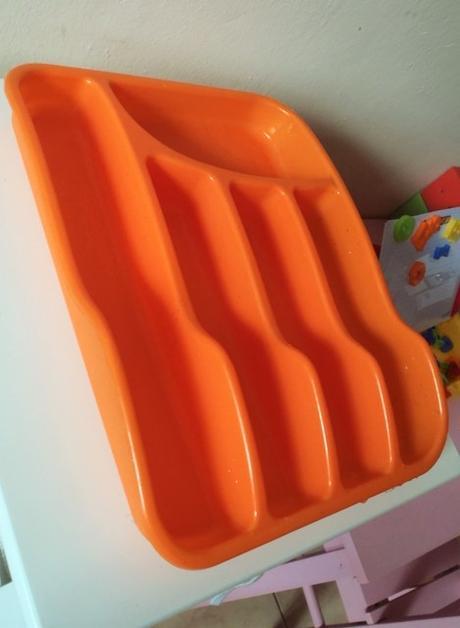 oranžový príborník,
