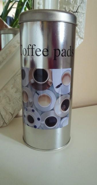 plechová dóza na kávu,