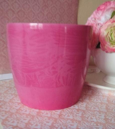 ružový umelý kvetináč,