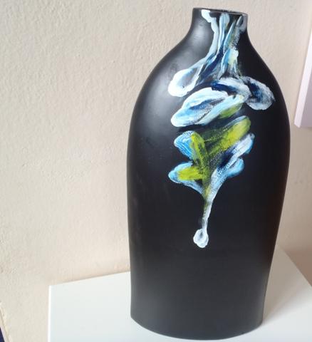 vysoká čierna váza,