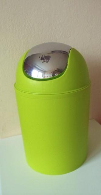 zelený smetný kôš,