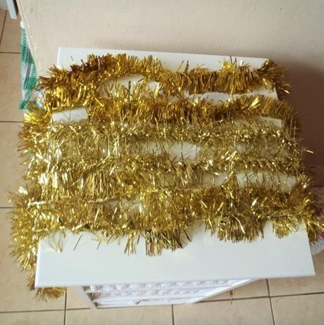 zlaté vianočné reťaze,