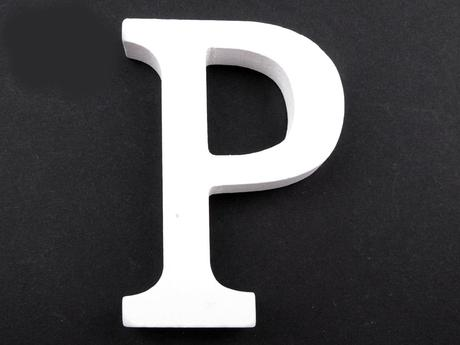 Bílá dřevěná písmena celé abecedy,