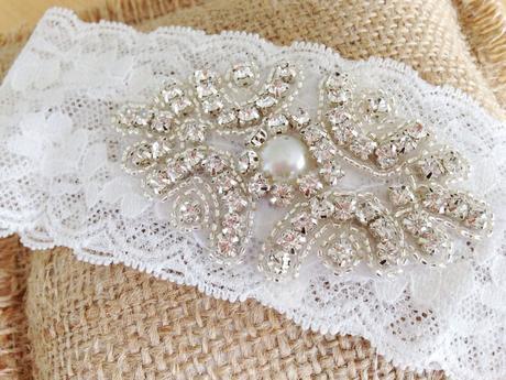 Krajkový podvazek pro nevěstu s broží, M