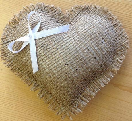 Polštářek pod prstýnky ve tvaru srdce,
