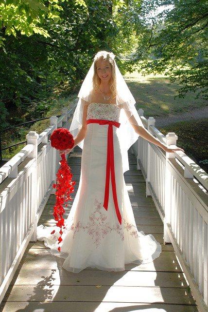 Svatební šaty červenou mašlí a výšivkou afab094b59