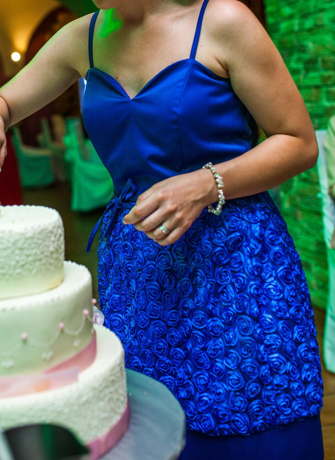 df444c1f0952 Kráľovsky modré spoločenské šaty