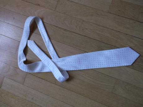 Bílá svatební kravata s jemným vzorem,