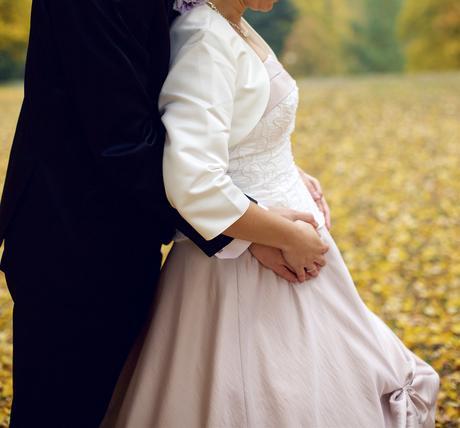Atypické svatební šaty lze využít i v těhotenství, 38