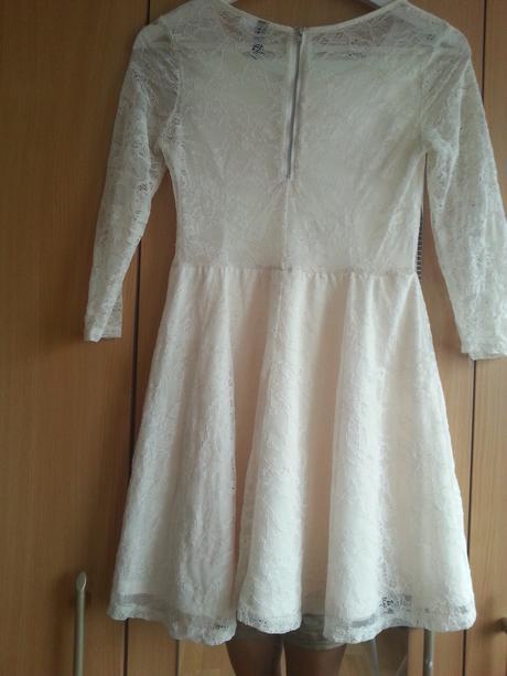 Krajkové popůlnoční šaty, 36