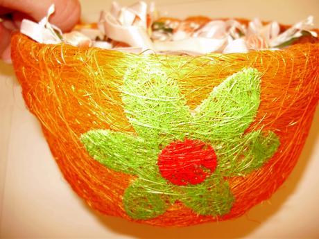 Oranžový košík na pierka,