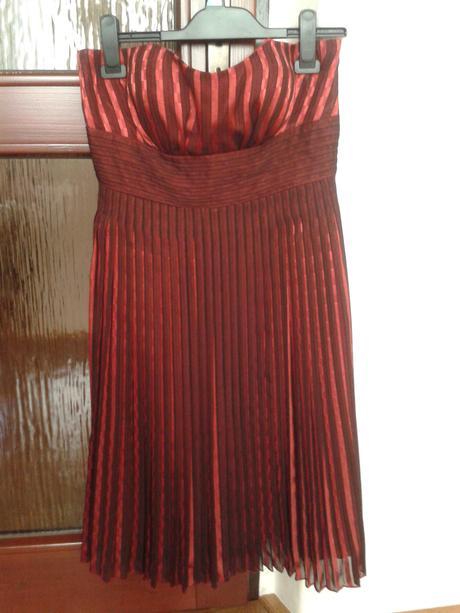 Červené plisované šaty, 38