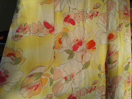 Žlté kvetované šaty, 38