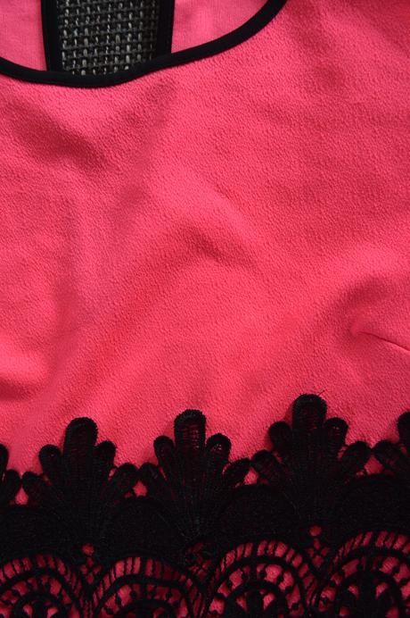 Neonovo ružový overal s čiernou krajkou, S