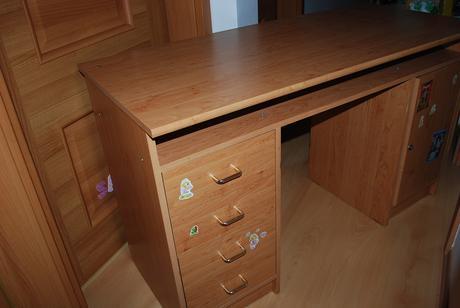 písací stolík,