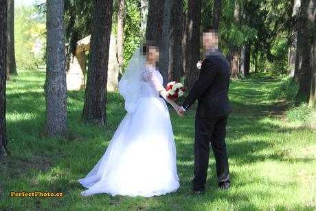 Jednoduché svateb.šaty s krajkovým bolerkem, 36