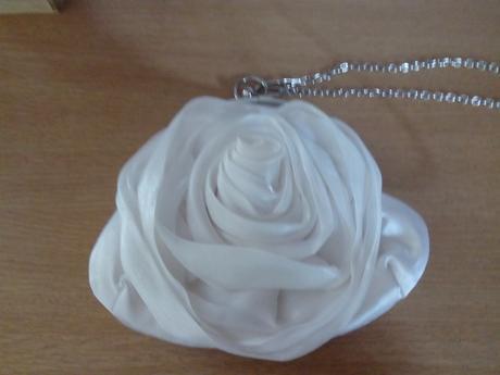 Kabelka ve tvaru růže,