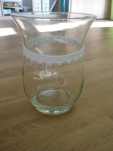 Váza s paličkovanou krajkou,