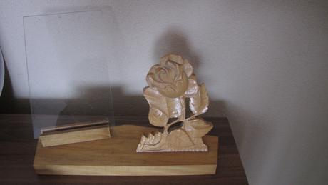 retro drevený stojan na fotky,