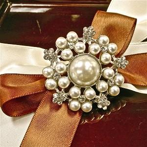 Perleťová brošňa s kryštálmi,