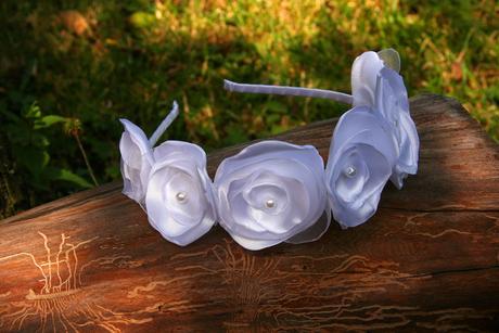 Bílá čelenka z kvítků + jednotlivé kvítky,