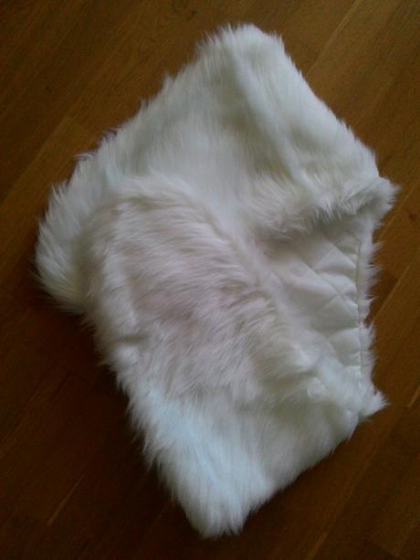 Bílá kožešinová pelerina,