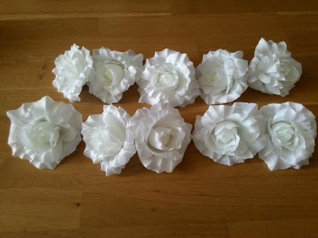 Bílé květy na ozdobu aut nebo svatební tabule,