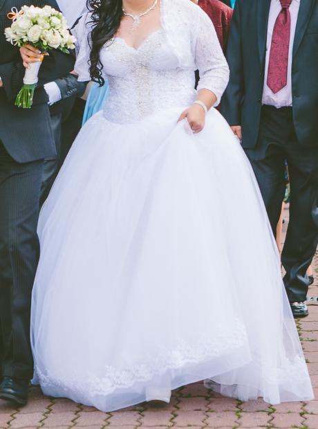 Svadobné šaty so spodnicou a závojom, 46