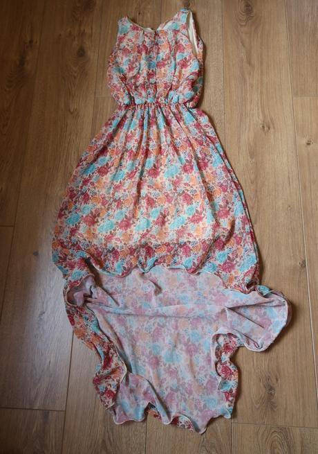 Asymetrické šaty, M
