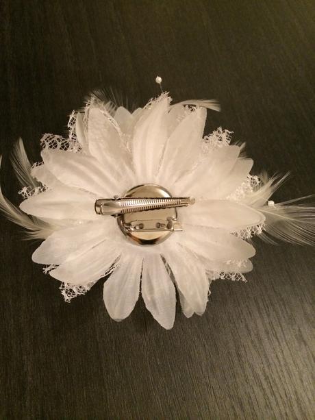 Kvet do vlasov s pierkami,