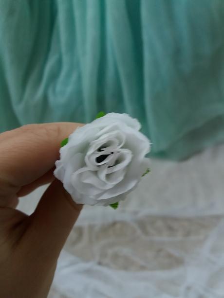 Pinetka do vlasů textil růže bílá,