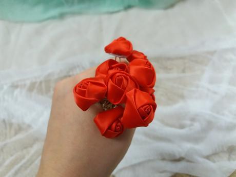Pinetka do vlasů textil růže červená,