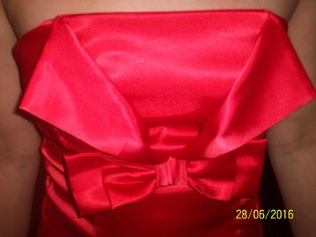 červené saténové minišaty, 36