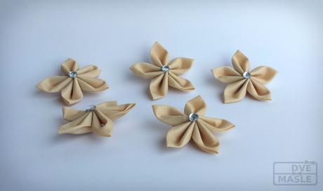 Saténové květinky,