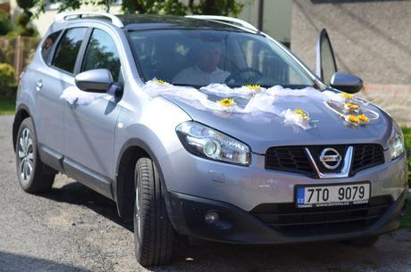 Slunečnicová dekorace na auto svatebčanů,