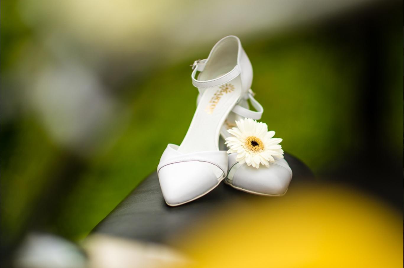Bílé pohodlné kožené svatební lodičky brno   zlín 08894cc15b