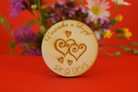 Drevená svadobná magnetka ako darček pre hosti 10,