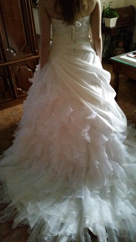Bohaté volánkové svatební šaty s vypínací vlečkou, 38