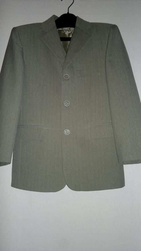 Chlapecké smetanové obleky, 68