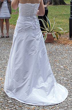 Sněhově bílé šaty zdobené kamínky, 38