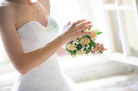 Snehobiele svadobne saty s kamienkami., 36