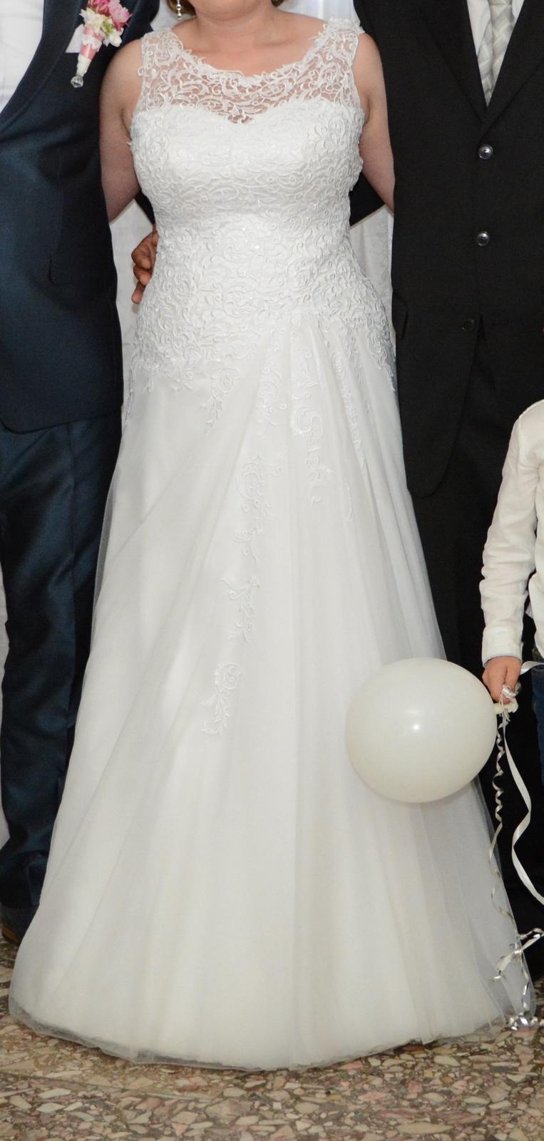 2525062bb27c Čipkované svadobné šaty 38