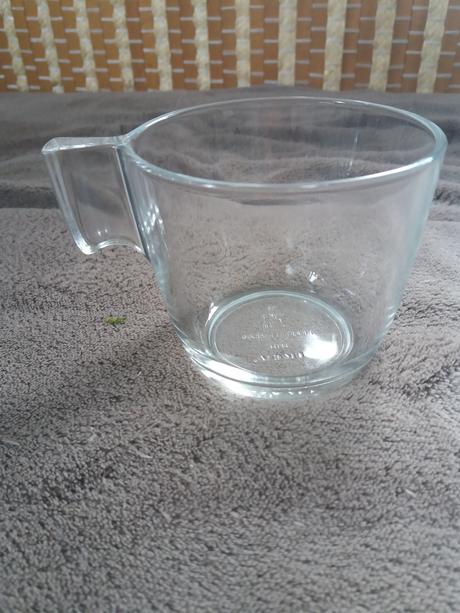 skleněný džbán a hrnečky-skleničky,