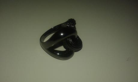 Elegantný čierny prsten,