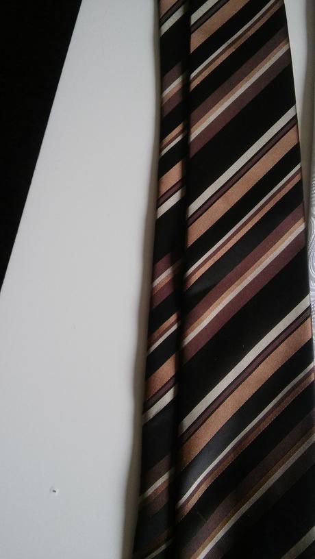 Kravata ešte zabalená,